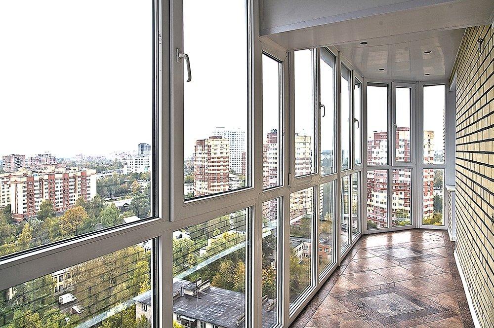 Французское остекление балкона в центре города