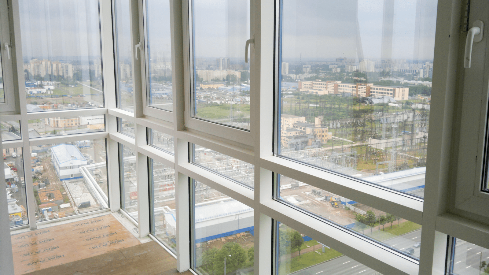Балкон под ключ в мегаполисе с видом на парк